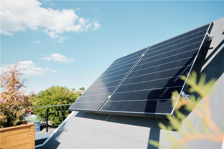 Image maison écologique panneaux solaires par General Services Renovation